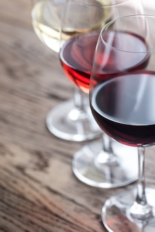 Bicchieri di vino rosso, rosa e bianco