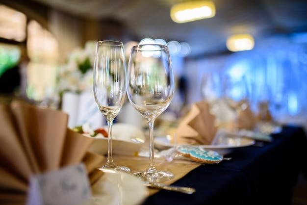 Bicchieri di vino sul tavolo delle vacanze.