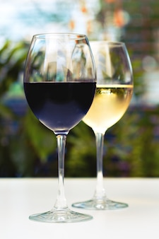 Bicchieri di vino sul tavolo