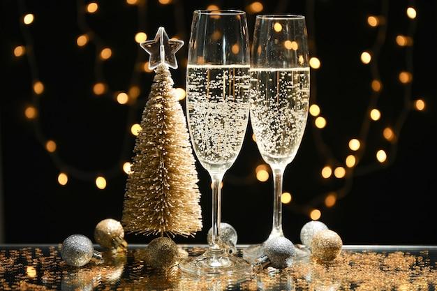 Bicchieri e bagattelle di champagne contro luci sfocate spazio, spazio per il testo