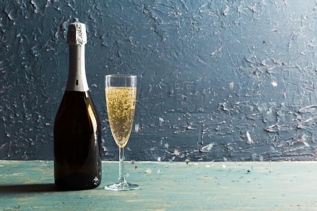 Bicchieri e bottiglia di champagne