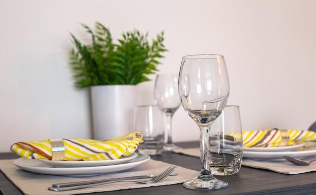 Bicchieri e dischi vuoti sul tavolo da pranzo
