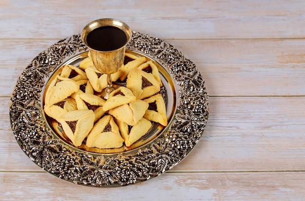 Bicchieri kosher vino festa di carnevale con biscotti hamantaschen purim festa ebraica