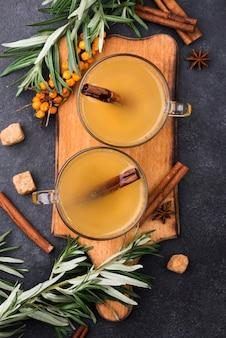 Bicchieri piatti con succhi di frutta aromatizzati