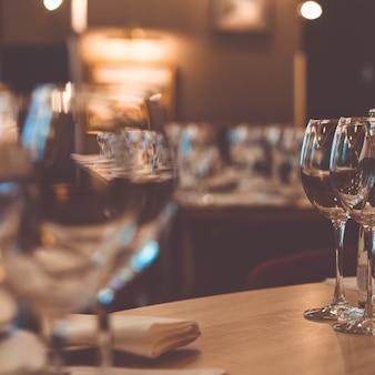 Bicchieri sul tavolo per la degustazione di vini.