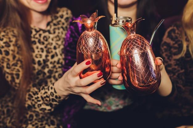 Bicchieri tintinnanti con alcool e tostatura, festa.