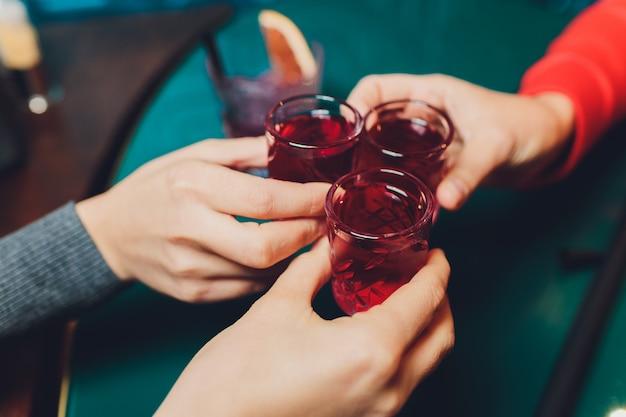 Bicchieri tintinnanti con bevande alcoliche