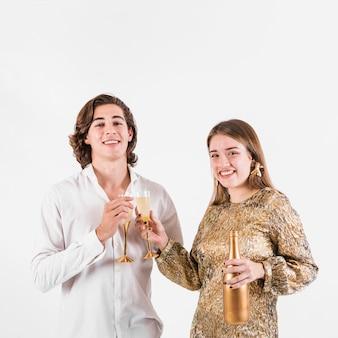 Bicchieri tintinnio di giovani coppie di champagne
