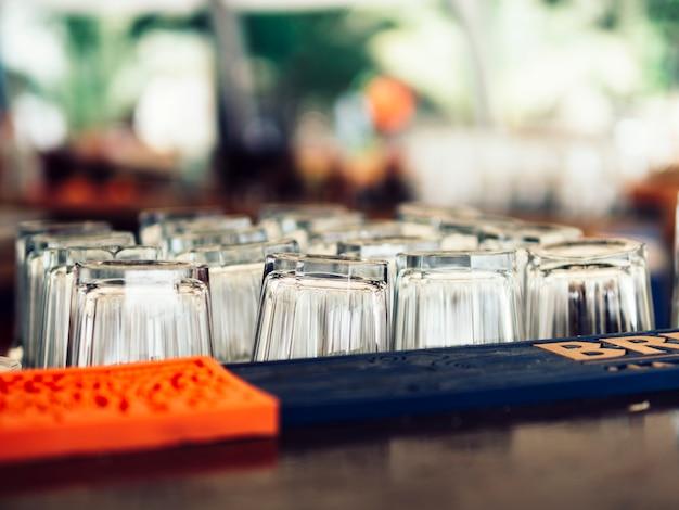 Bicchieri vuoti accanto al bancone