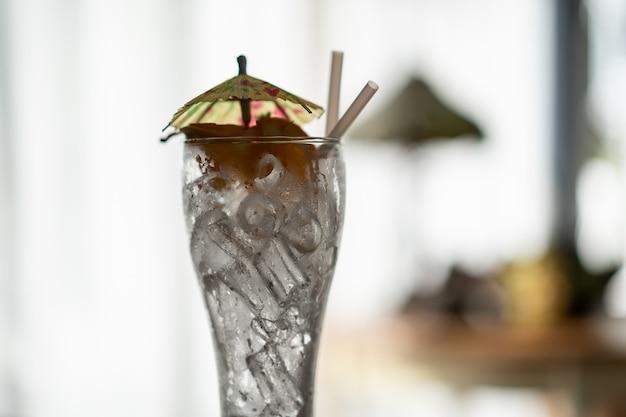 Bicchieri vuoti dalle bevande analcoliche