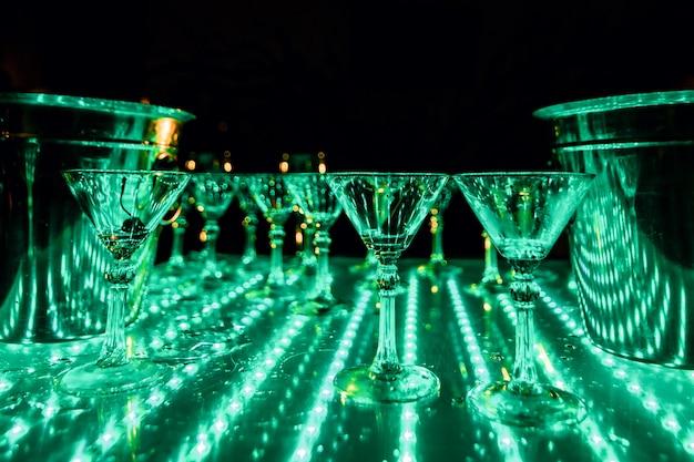 Bicchieri vuoti di bevande alcoliche per un pigiama party