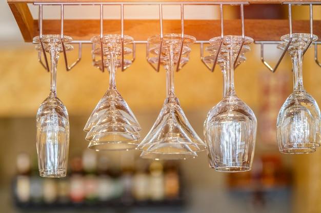 Bicchieri vuoti per vino sopra una cremagliera