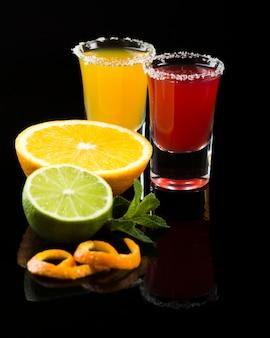 Bicchierini con cocktail e bordo sale