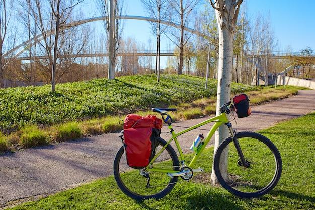 Bici da turismo in bicicletta nel parco cabecera di valencia