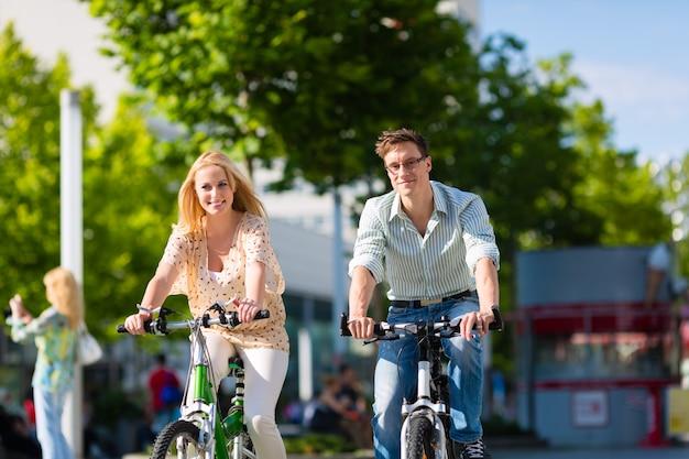 Bici di guida delle coppie urbane nel tempo libero in città