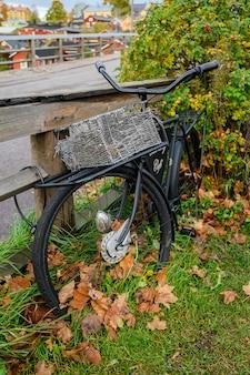 Bicicletta abbandonata nera con cestino.