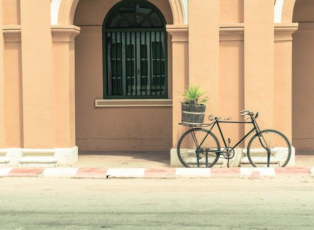Bicicletta d'epoca su sfondo della parete