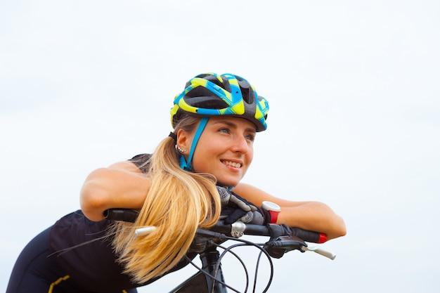 Bicicletta di guida della ragazza fuori