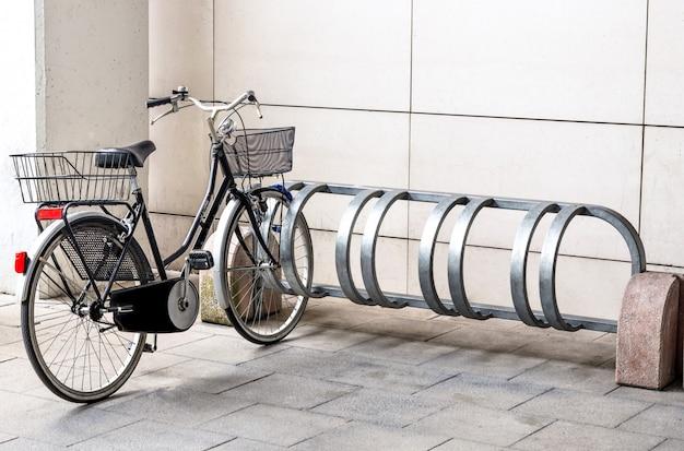 Bicicletta pronta per l'uso in area urbana - portabiciclette nel centro commerciale della città