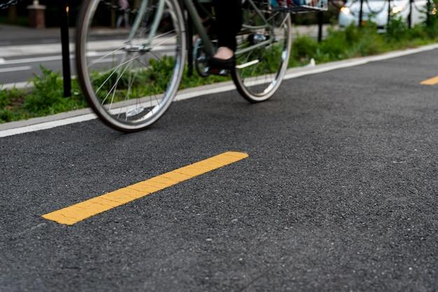 Bicicletta su strada vista laterale