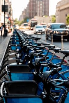 Bicicletta su una fila con sfondo sfocato