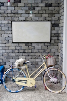 Bicicletta sul muro e lavagna