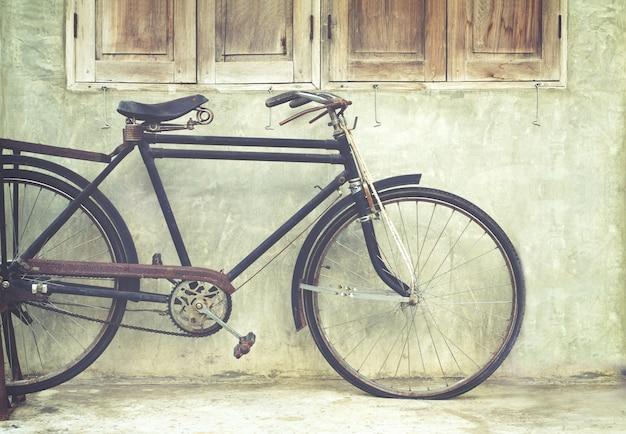 Bicicletta vintage in caffè, effetto film instagram effetto