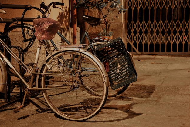 Biciclette d'epoca parcheggiate in una strada di notte da solo e