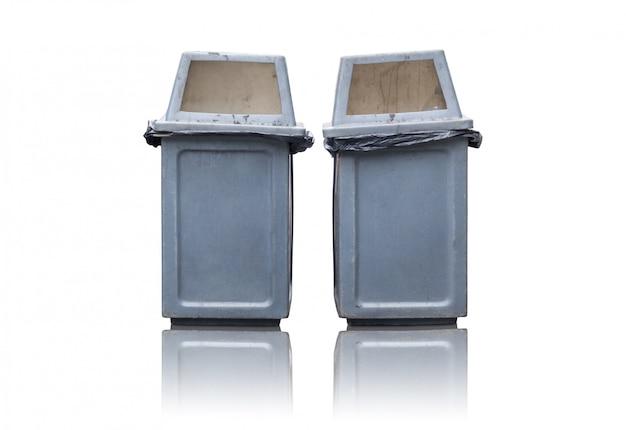 Bidone della spazzatura due isolato su bianco
