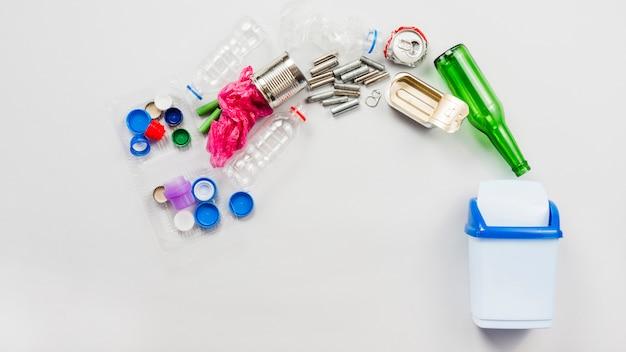 Bidone della spazzatura e diversi tipi di rifiuti