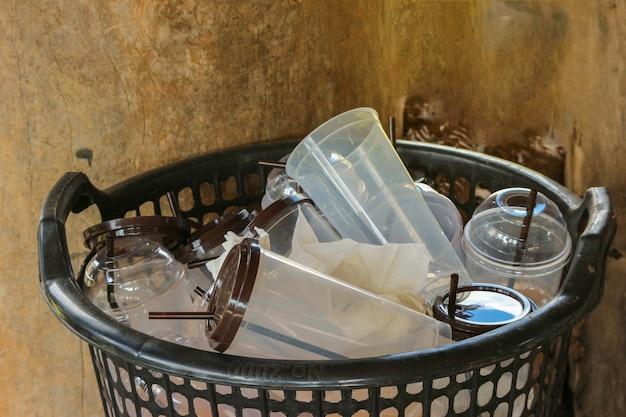 Bidone della spazzatura nel cestino della tazza di plastica del caffè usato vuoto.