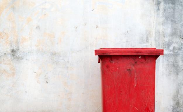 Bidone della spazzatura pericoloso del primo piano