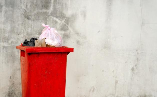 Bidone della spazzatura rosso del primo piano
