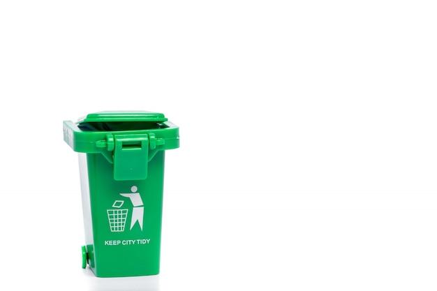 Bidone della spazzatura verde isolato su bianco