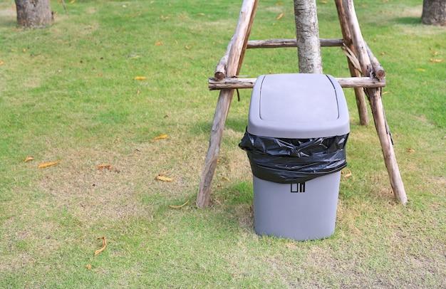 Bidone grigio per rifiuti generici in giardino pubblico
