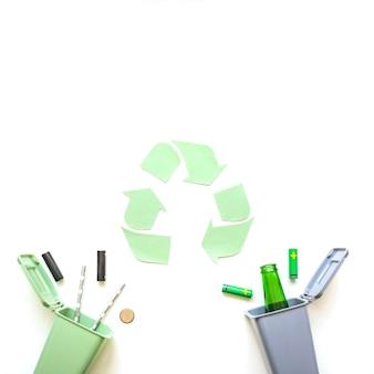 Bidoni della spazzatura con batterie e segno di riciclaggio