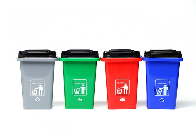 Bidoni della spazzatura di plastica variopinti isolati su bianco