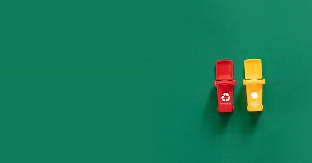 Bidoni della spazzatura e diversi rifiuti concetto di riciclaggio dei rifiuti