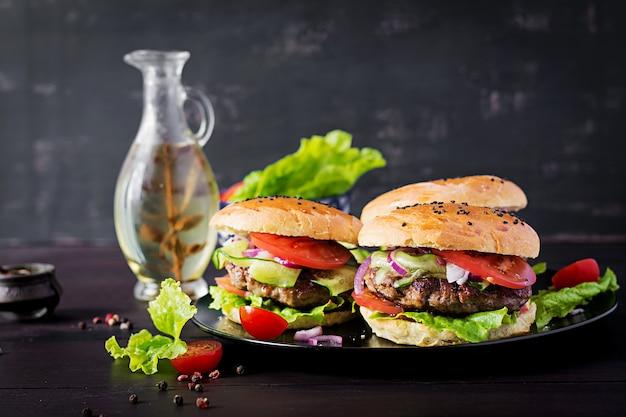 Big sandwich - hamburger con carne di manzo, pomodoro, cipolla rossa e lattuga.