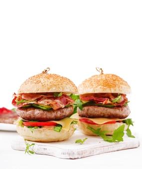 Big sandwich - hamburger con manzo, formaggio, pomodoro, cetriolo e pancetta fritta.
