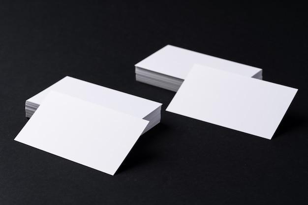 Biglietti da visita bianco bianco su sfondo nero scuro