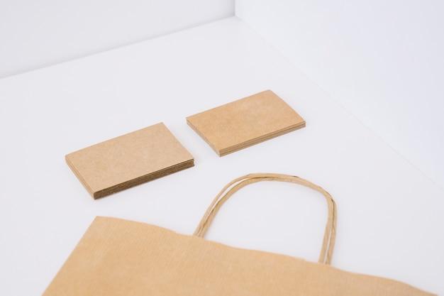Biglietti da visita di cartone e sacchetto di carta