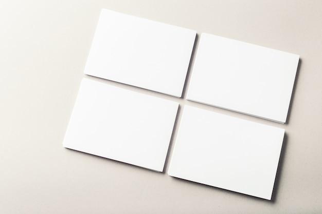 Biglietti da visita in bianco su grigio
