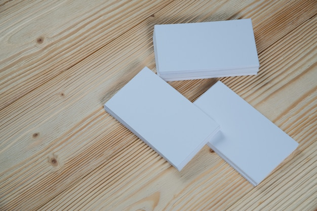 Biglietti da visita in bianco su legno