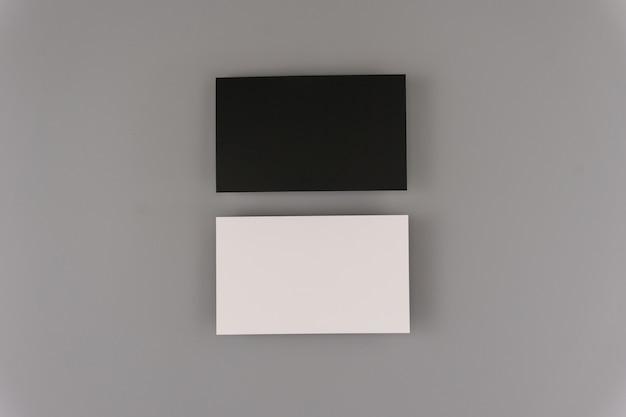 Biglietti da visita in bianco su sfondo chiaro. mock up per il design e l'identità del marchio.