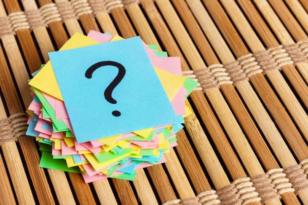 Biglietti di promemoria scritti punti interrogativi colorati.