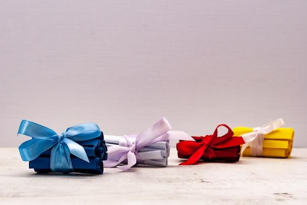 Biglietti stop multicolori, legati con un fiocco regalo. creatività e creatività.