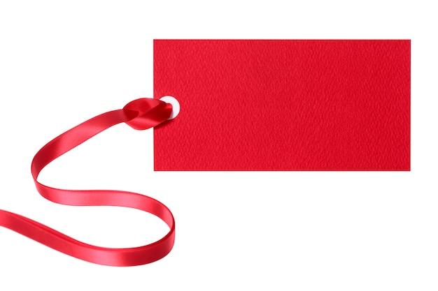 Biglietto cartellino del prezzo o etichetta con nastro rosso isolato su sfondo bianco