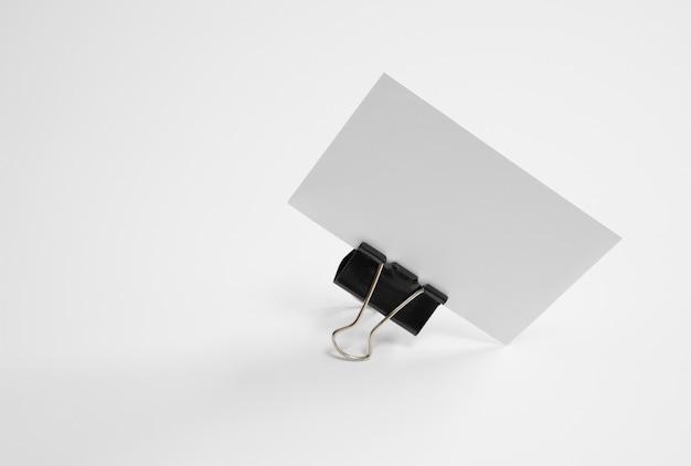 Biglietto da visita bianco con staffa