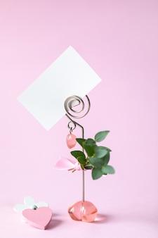 Biglietto da visita, biglietto di auguri su una rosa. cartolina 14 febbraio, san valentino.